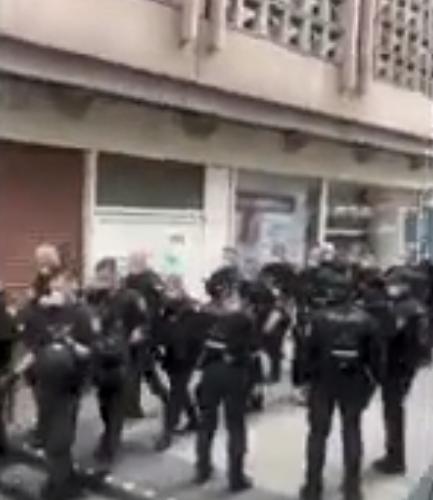 17/04/2021 STOCCARDA, GERMANIA: LA POLIZIA SCHEDA I MANIFESTANTI PER STRADA